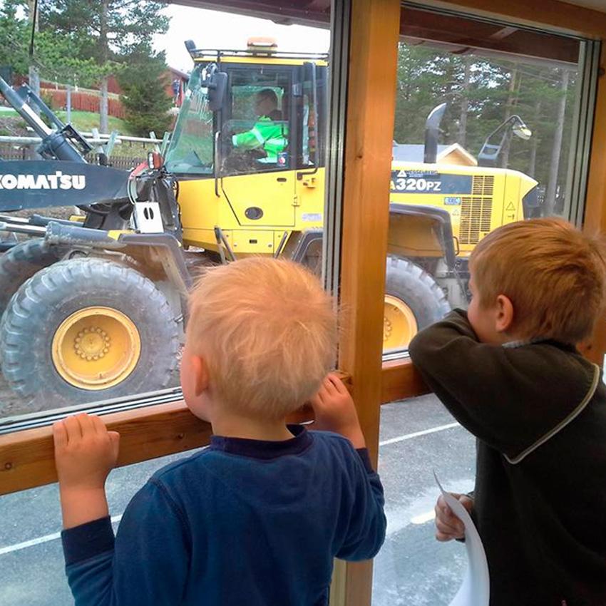 Spennende med gravemaskin-besøk utenfor barnehagen. Foto: Os Kommunale Barnehage